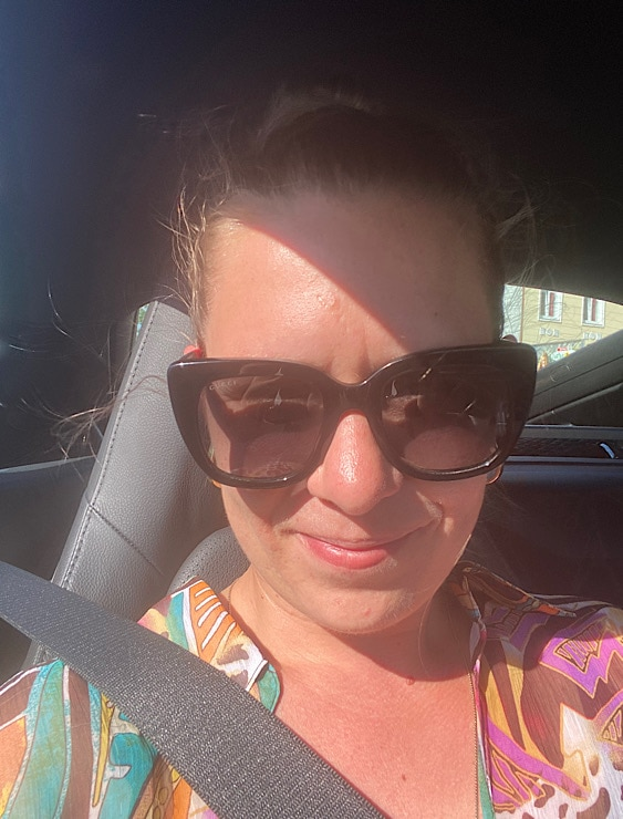 Selfie mit Sonnenbrille von Petra im Auto