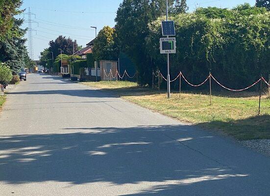 Dorfweg und rechts zeigt die Geschwindigkeitsmessung 7 kmh