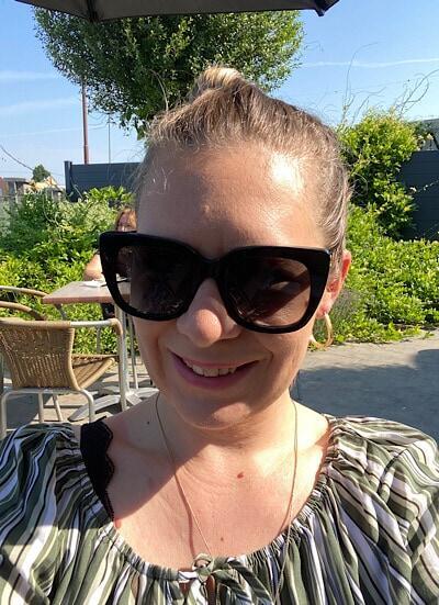 Selfie: Ich sitz im Gastgarten beim Cafe Föhrenhain